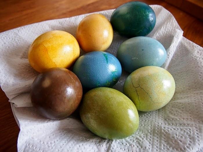 naturalne farbowanie jajek