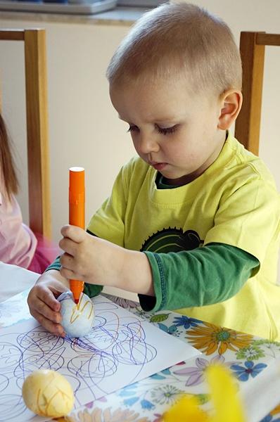 malowanie jajek wielkanocnych z dziećmi